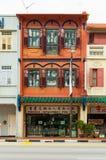 古色古香的样式shophouse大厦在唐人街在新加坡 免版税图库摄影