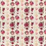 古色古香的桃红色和红色破旧的别致玫瑰重复样式墙纸 库存图片
