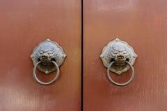 古色古香的棕色门是闭合值的 免版税库存照片