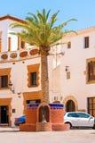古色古香的水龙头在锡切斯,巴塞罗那, Catalunya,西班牙 垂直 免版税库存照片