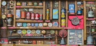 古色古香的油罐头的汇集在公平的国家的 免版税库存照片