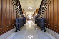 古色古香的法院大楼走廊先驱幅射器 库存图片