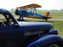 古色古香的波音Stearman PT-17和20世纪40年代跑车 图库摄影