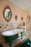 古色古香的浴卫生间豪华木盆 免版税库存照片
