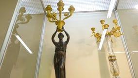 古色古香的烛台在葡萄酒室博物馆 在桌上的葡萄酒老烛台 股票录像