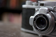 古色古香的照相机关闭透镜 免版税库存图片