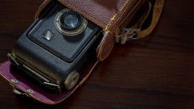 古色古香的照相机,万一在木桌上 图库摄影