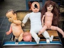 古色古香的玩偶在大束,一些分开是残破的 免版税库存照片