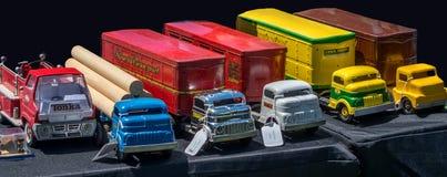 古色古香的玩具卡车在一个室外玩具的待售显示 库存图片
