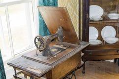 古色古香的瓣被管理的缝纫机 库存图片