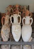 古色古香的瓶子和amphorae从爱琴海的底部 免版税库存图片