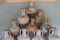 古色古香的瓶子和amphorae从爱琴海的底部 图库摄影