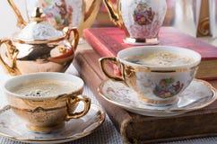 古色古香的瓷咖啡杯用热的咖啡 库存图片