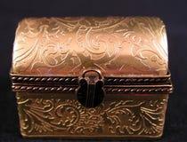 古色古香的瓷手画金子色的微型宝物箱 免版税图库摄影