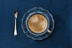 古色古香的瓷蓝色和加奶咖啡杯子 库存图片