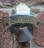 古色古香的生锈的响铃特写镜头在石造壁上的 库存图片