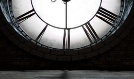 古色古香的由后照的时钟 免版税库存照片