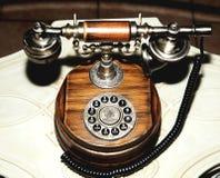 古色古香的电话老拨号盘圆的木褐色 库存图片