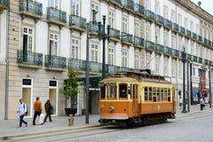 古色古香的电车在街市波尔图,葡萄牙 免版税库存图片