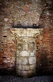古色古香的白色石柱子,威尼斯建筑细节 免版税库存图片