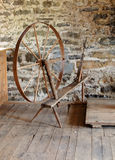 古色古香的磨房空转的石轮子 免版税库存图片