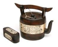 古色古香的竹中国象牙茶壶 库存图片