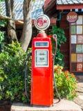 古色古香的红色加油泵驻地 免版税库存照片