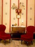 古色古香的红色天鹅绒椅子 库存照片