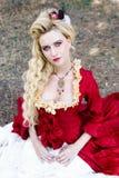 古色古香的红色礼服的妇女 免版税库存图片