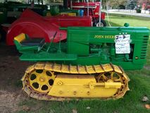 古色古香的约翰Deere拖拉机或打瞌睡的人 免版税库存照片