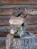 古色古香的绑制钳和巨大的葡萄酒开放挂锁在gigant的注册 免版税库存照片