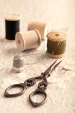 古色古香的缝合的剪刀 库存照片