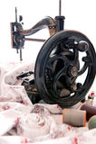 古色古香的缝纫机和针线包 图库摄影