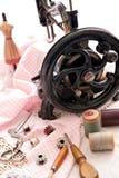 古色古香的缝纫机和针线包 免版税库存图片