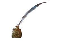 古色古香的羽毛笔和古老铜墨水池被隔绝在whi 免版税库存照片
