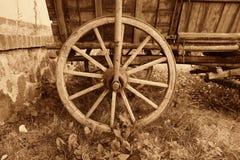 古色古香的老马车车轮 图库摄影