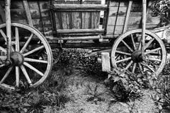 古色古香的老马车车轮 免版税库存照片