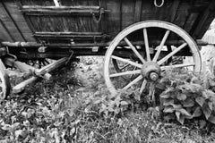古色古香的老马车车轮 库存图片