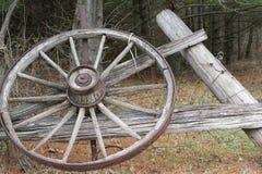 古色古香的老马车车轮 免版税图库摄影