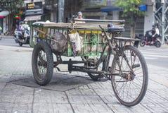 古色古香的老货物自行车,货物三轮车 图库摄影