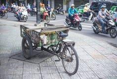 古色古香的老货物自行车,货物三轮车 库存照片