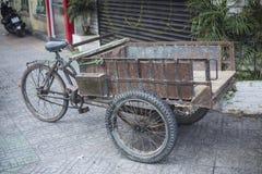 古色古香的老货物自行车,货物三轮车 库存图片