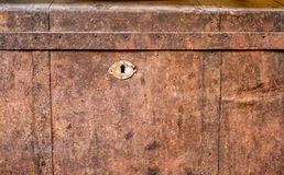 古色古香的脏的闭合的胸口 免版税图库摄影