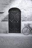 古色古香的自行车黑色门面白色 库存照片