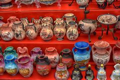 古色古香的花瓶纪念品待售 免版税库存照片