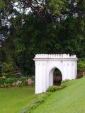 古色古香的英国样式愚蠢在山坡庭院里 免版税库存照片