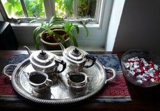 古色古香的英语集合银色茶 免版税库存图片