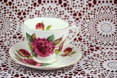 古色古香的茶杯有花和金子的排行 免版税库存图片