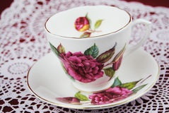 古色古香的茶杯有花和金子的排行 免版税库存照片