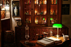 古色古香的药商化学家服务台界面葡&# 免版税图库摄影
